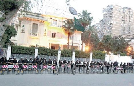 السفير السعودي يغادر القاهرة واستياء خليجي لاستهداف سفارة المملكة