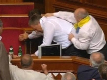 بالفيديو:مشاجرة حادة في مجلس الشعب الأوكراني