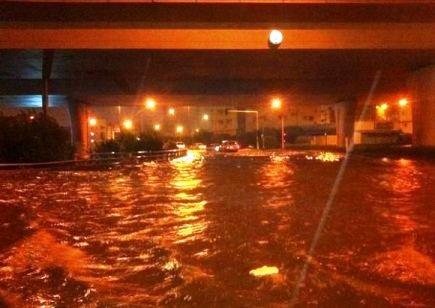 """أمطار المدينة المنورة تحتجز عشرات المواطنين.. و""""المدني"""" يبحث عن مفقودين"""