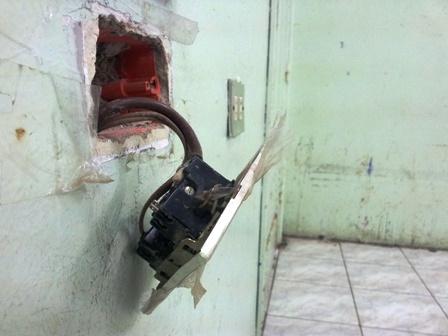 الأسلاك الكهربائية المكشوفة خطراً يتربص بحياة الطلاب