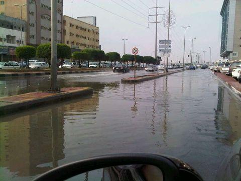 استمرار طفح مياه المجاري في شوارع الجبيل