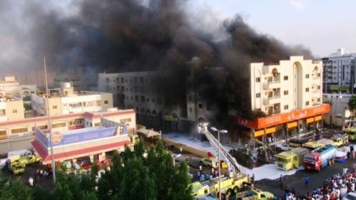 السيطرة على حريق هائل ببناية سكنية بجدة