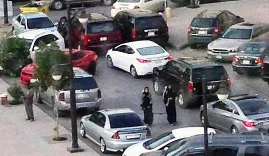 جدل بسبب صورة سعوديتان توزعان«ريد بول»بالرياض
