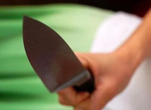 جدة: عشرينية تطارد زوجها بــ«السكين» وتقتله عند مدخل العمارة