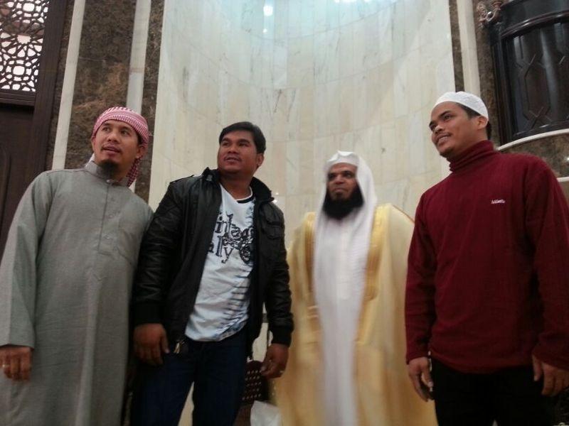 مصلون يهدون مسلمين جدد«بشوتهم»بعد نطقهم الشهادتين