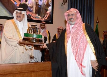 أمير المنطقة الشرقية يكرم مدير جامعة الإمام محمد بن سعود