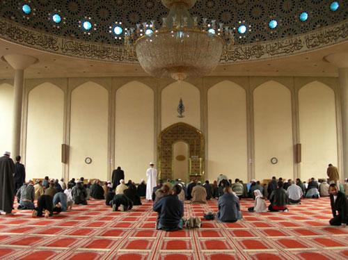 الغرامة«5»جنيهات إسترلينية على كل مصلي يرن هاتفه أثناء الصلاة