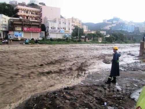 تكريم مواطن أنقذ طفلاً من الغرق في مدينة عرعر
