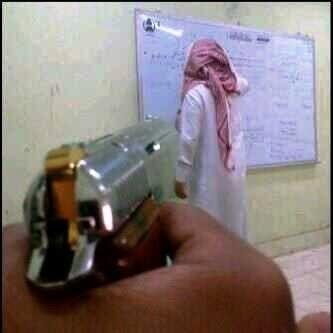 مشهد استفزازي) طالب يصوب مسدساً
