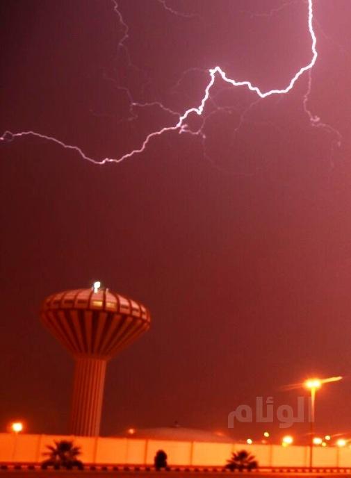 هطول أمطار متوسطة وغزيرة على محافظة الأفلاج