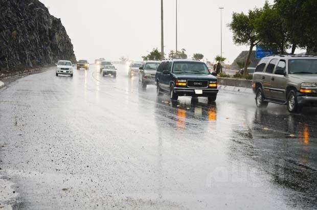 مكة: «الدفاع المدني» يحذر من الأمطار ويذكر المواطنين بإرشادات السلامة