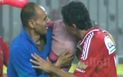 قبلة على وجنة نجم الأهلي المصري أثناء إقامة مباراة تثير الإندهاش