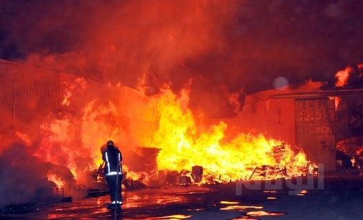 ماس كهربائي يصرع شاباً بالقنفذة والنيران تلتهم المنزل