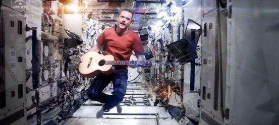 """بالفيديو: أول أغنية مصورة في """"الفضاء الخارجي"""" تستقطب 7 مليون مشاهد"""