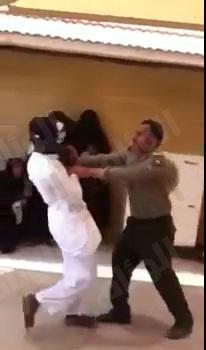 بالفيديو..موظف جوازات يضرب المراجعين بالحزام