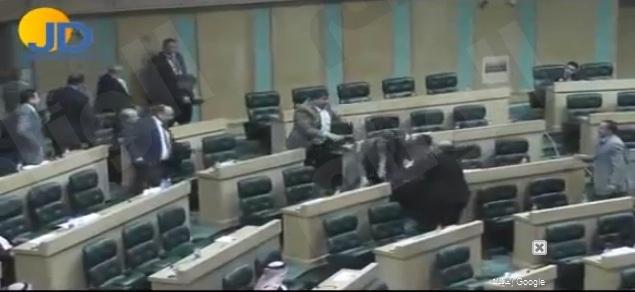 بالفيديو/ مشاجرة بين نائبين في البرلمان الاردني