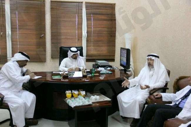 مدير جامعة طيبة يزور محافظة مهد الذهب ويلتقي بمسؤوليها
