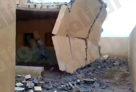 بالفيديو.. أفغاني يهدم البيت وهو بداخله