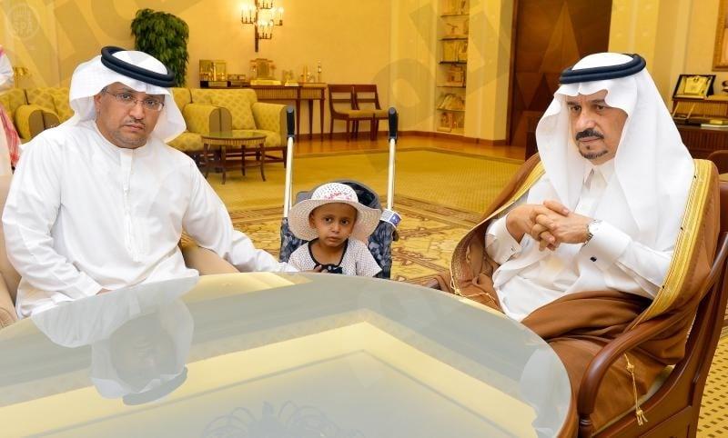 أمير القصيم يطمئن على الطفلة راما بعد تشخيص حالتها بالخطأ