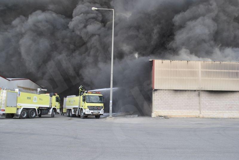 25 فرقة إطفاء  تتمكن من إخماد حرائق بمستودعين ومصنع دهانات بالرياض