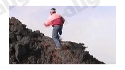 بالفيديو.. إيطالي يسير فوق حمم أنشط بركان في العالم