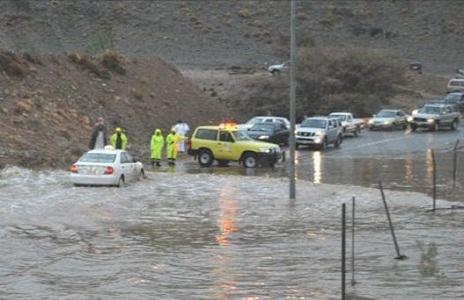 مدني الطائف يجلي 37 شخص احتجزتهم مياة الأمطار بعقبة المحمدية