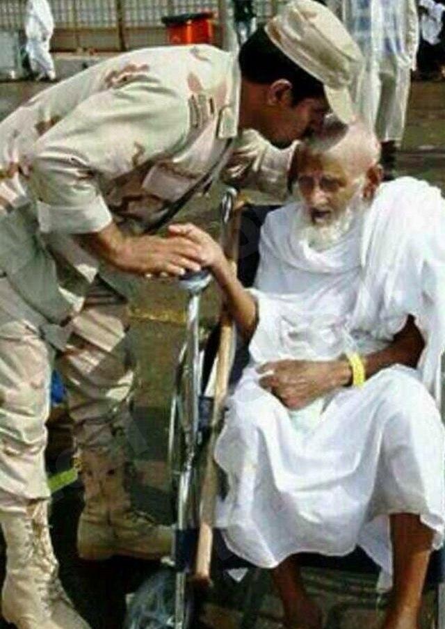صورة لــ«جندي سعودي» يقبل رأس حاج تجذب إعجاب المغردين