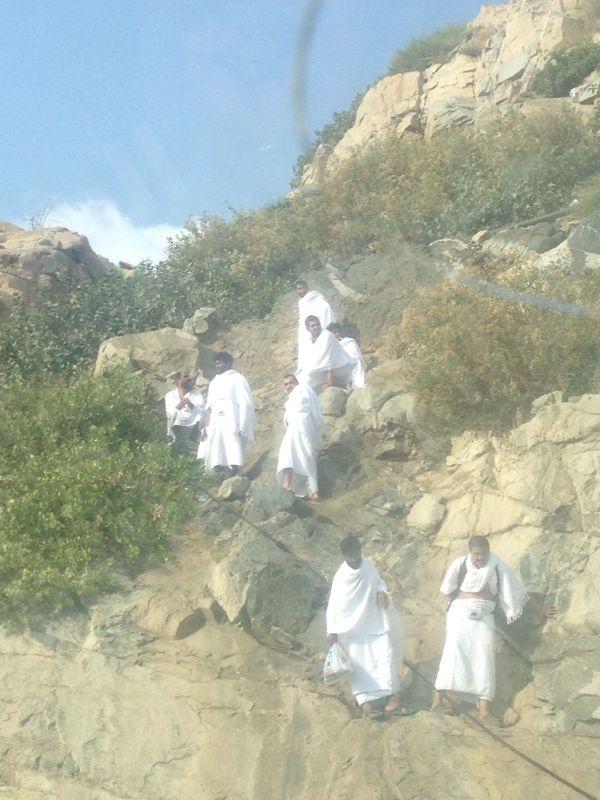 حجاج يخالفون الأنظمة الأمنية ويعرضون انفسهم للمخاطرة بين الجبال