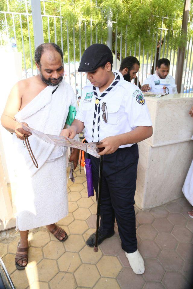 بساق «مكسورة وعكاز» جوال يرشد الحجاج التائهين في عرفات