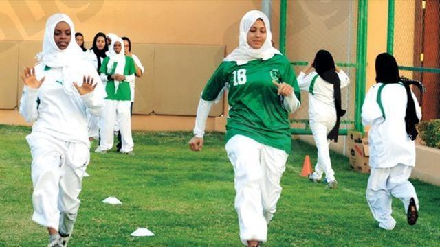ملاعب خاصة تفتح أبوابها للنساء للعب كرة القدم
