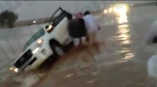 مدني حائل ينقذ عائلة احتجزتها السيول