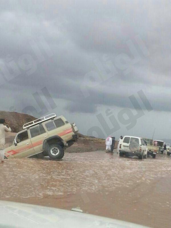 بالصور..أمطار غزيرة في أملج وتحذيرات للمواطنين بعدم الخروج من المنازل