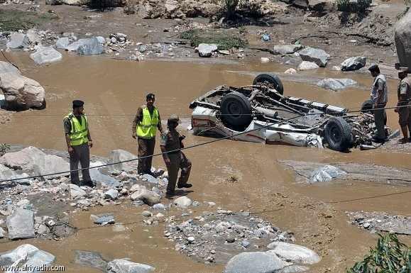 مدني جازان ينقذ شخص احتجزته السيول