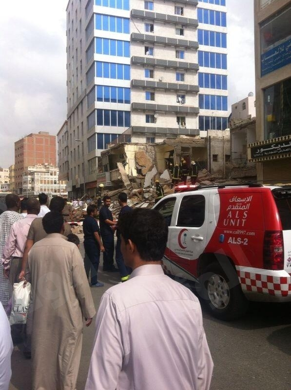 انهيار مبنى بجده صور انهيار مبنى مكون من ثلاثة ادوار باب شريف بجده 44.jpeg