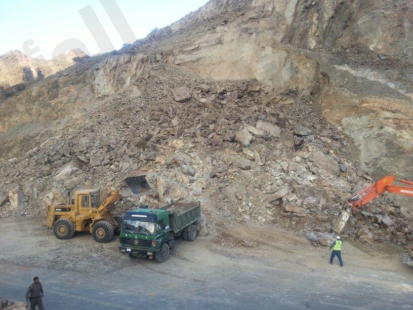 بالصور ..انهيار جبلي يغلق عقبة شمرخ