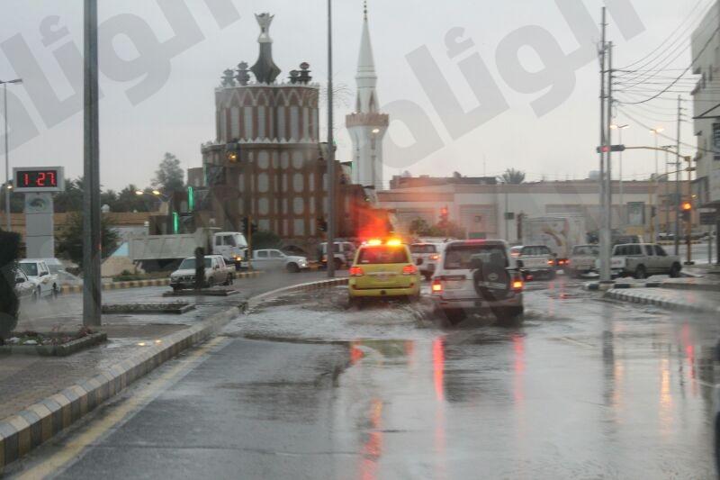 بالصور..أمطار تيماء تستنفر الدفاع المدني