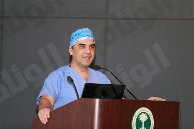 د.آشلي بيرنز المدير الطبي التنفيذي لمستشفى الملك خالد التخصصي للعيون يلقي كلمتة بهذه المناسبه