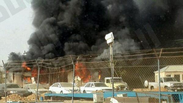 مدني جازان يباشر حريق في مجمع لشحن المركبات