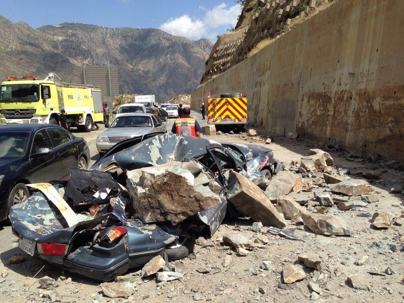 بالصور ..سقوط صخور على سيارة يصيب قائدها في الباحة