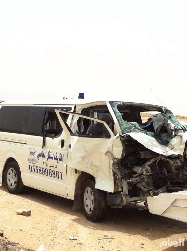 بالصور ..إصابة 10 طالبات من جامعة نورة وسائقهن بحادث