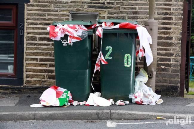 بالصور.. أعلام انجلترا تملأ صناديق القمامة