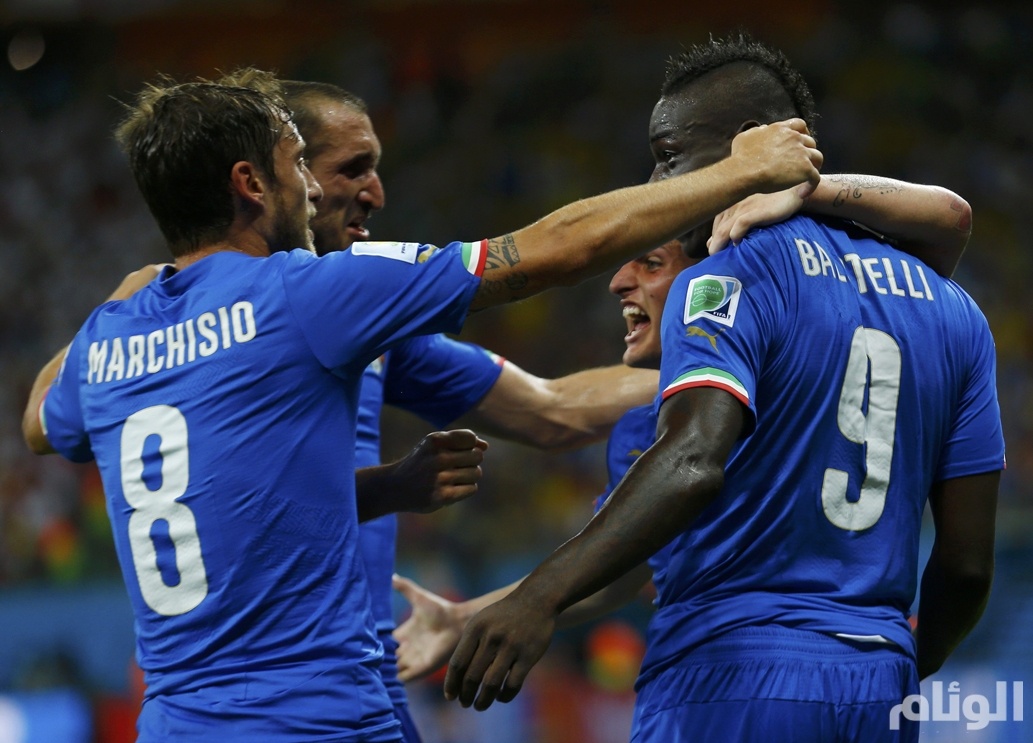 Italy's Balotelli celebrates his goal against England with his teammates during their 2014 World Cup Group D soccer match at the Amazonia arena in Manaus