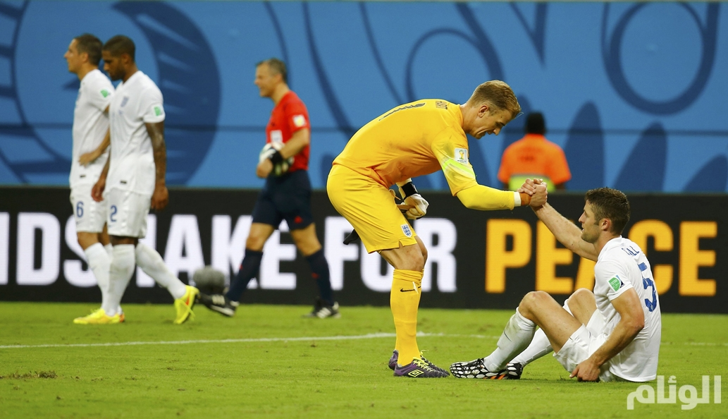 England's Hart helps Cahill up after their loss to Italy in their 2014 World Cup Group D soccer match at the Amazonia arena in Manaus