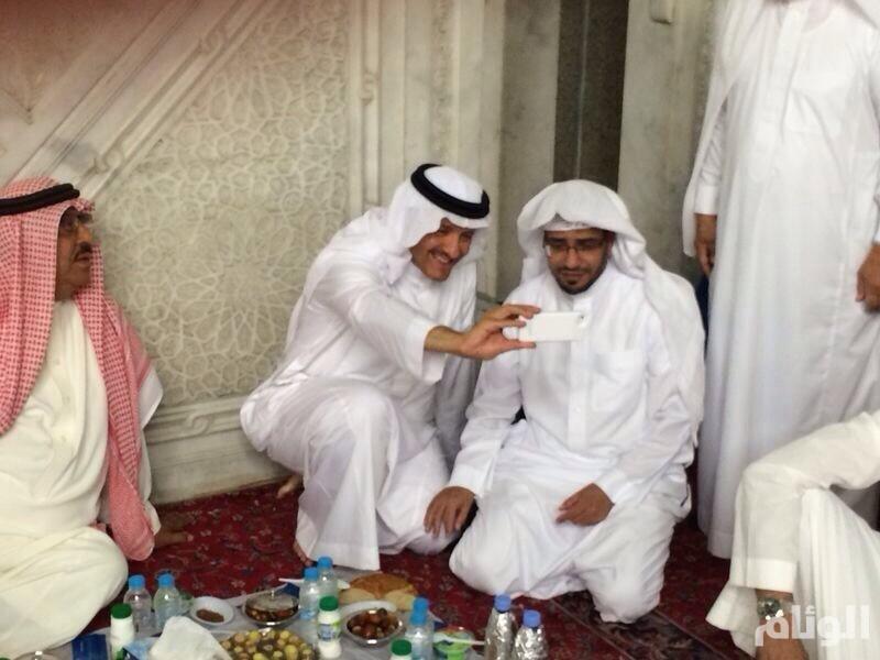 سلطان بن سلمان والمغامسي يتناولان طعام الإفطار بالمدينة