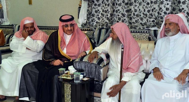 وزير الداخلية يزور أسرة السواط بالطائف ويقدم تعازي القيادة