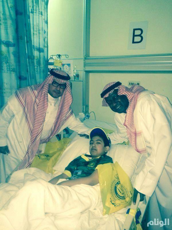 ماجد عبد الله يزور «سعود الشمري» بمدينة الملك فهد الطبية