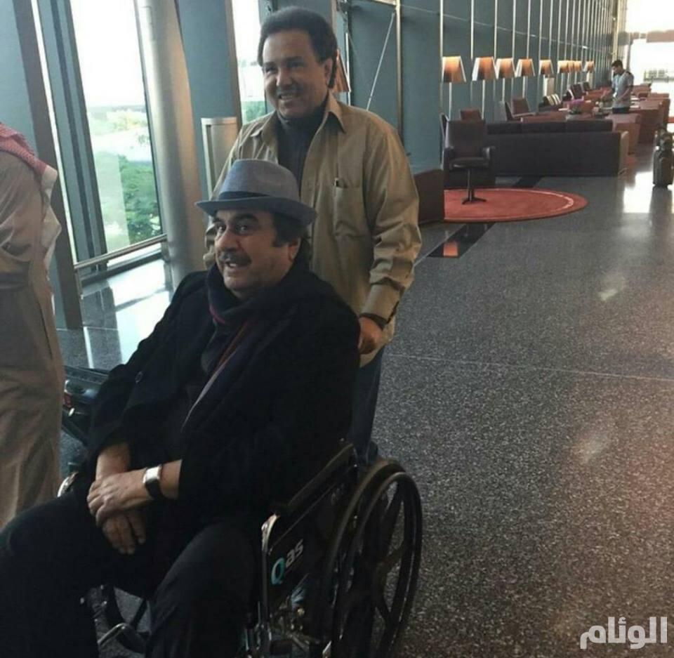 تواضع الكبار.. فنان العرب يدفع عربة حسين عبدالرضا