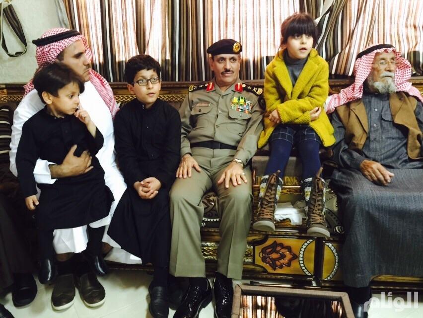 مدير الأمن العام يقدم تعازي وزير الداخلية في الجندي شهيد سدير