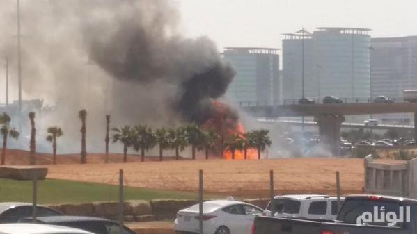 بالصور..حريق ناقلة وقود يغلق الطريق الدائري الشرقي بالرياض