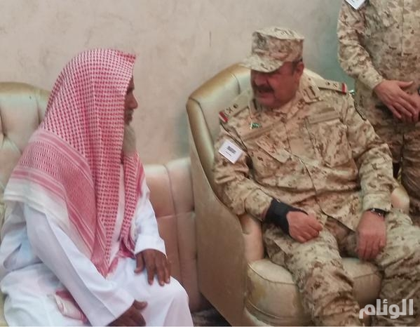 قائد لواء الأمير تركي بالحرس الوطني ينقل تعازي القيادة لذوي الشهيد السبيعي